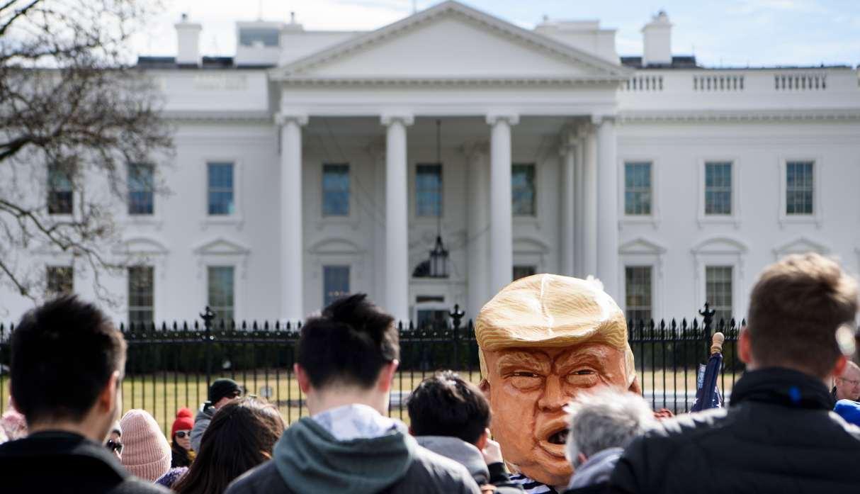 Protestan frente a la Casa Blanca por declaración de emergencia de DonaldTrump
