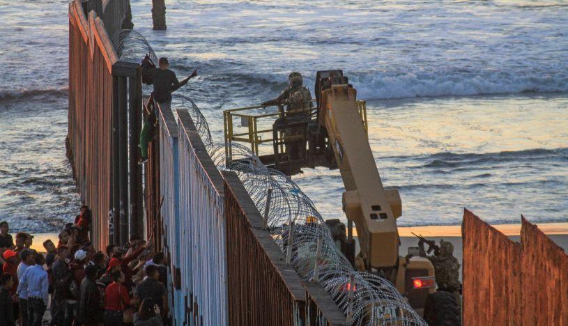 Gobierno de México pide a migrantes que eviten violencia en frontera con EE.UU.