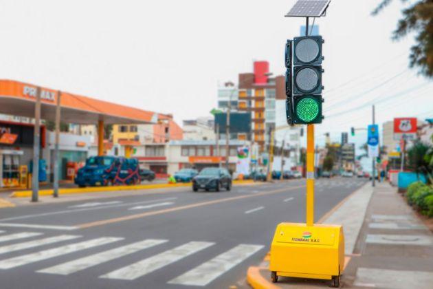 Instalan primer semáforo que funciona con energía solar en San Miguel