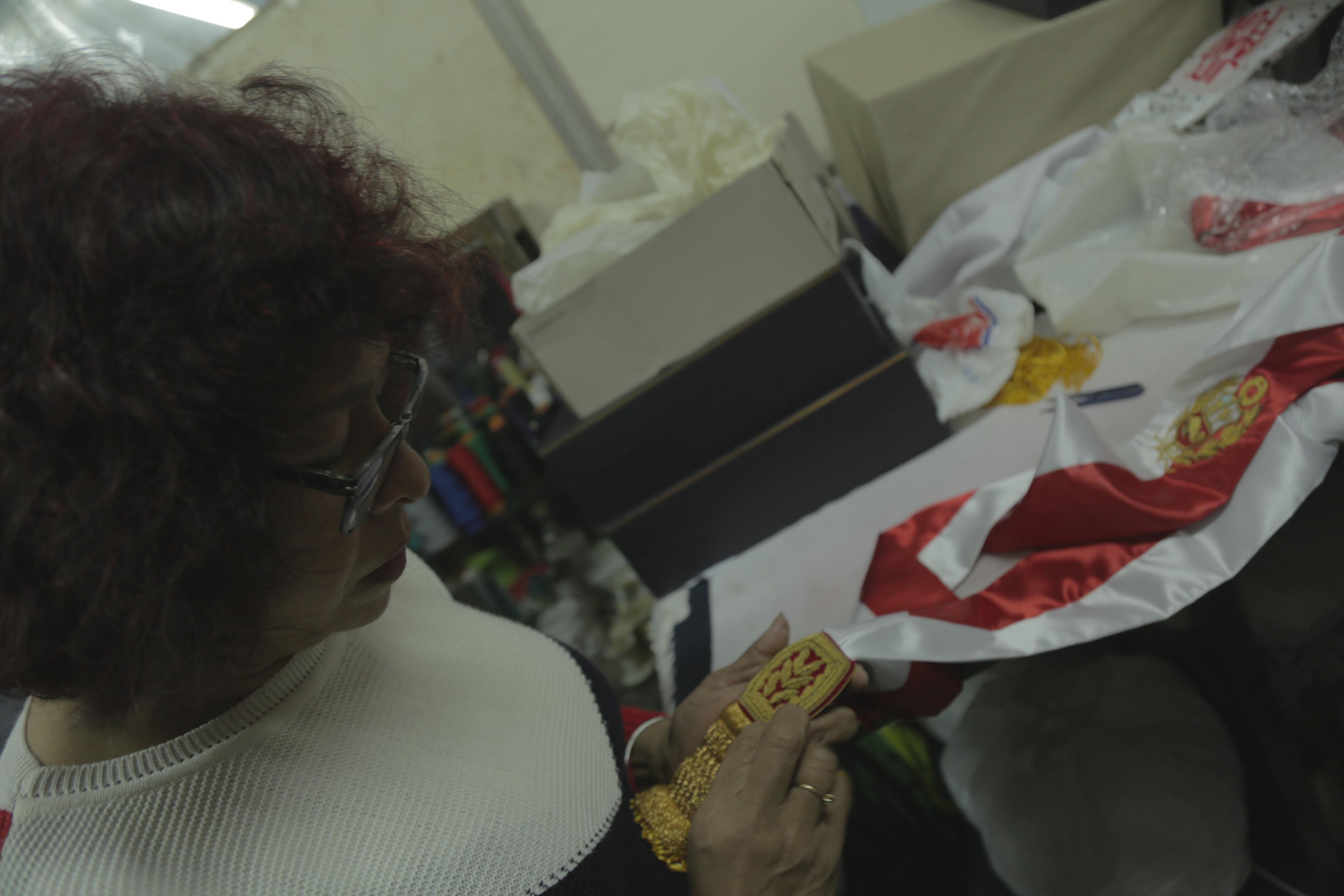 Juana Grados Palomino ultimando la costura de los fajines para los nuevos ministros. (Foto: Rudy Jordán)
