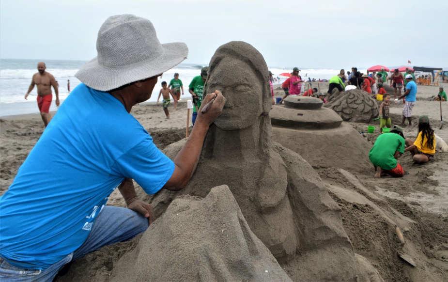 Concurso de esculturas en arena en Chilca por Día Internacional de la Mujer