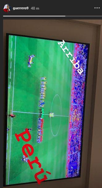 Paolo Guerrero sigue por TV el amistoso de Perú ante Ecuador. (Foto: Insatagram)