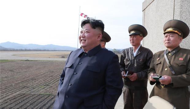Kim Jong Un supervisa las pruebas de una nueva arma guiada táctica