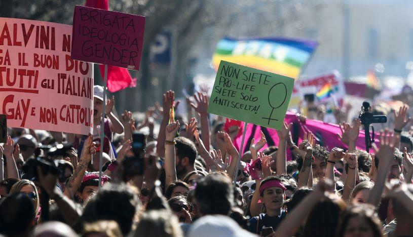 Miles de mujeres protestan contra los ultraconservadores en las calles de Verona | FOTOS