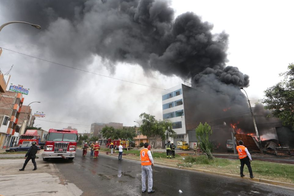 Senamhi advierte que incendio en SMP afectaría calidad de aire en varios distritos | FOTOS