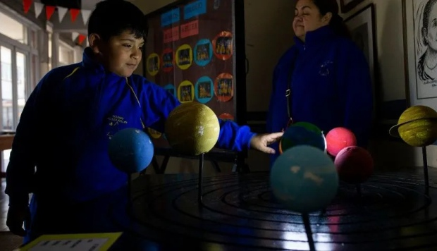 """En una sala del colegio Hellen Keller niños de unos 12 años en promedio leyeron en braille el libro """"Abre tus sentidos a los eclipses: Sudamérica"""". (Foto: AP)"""