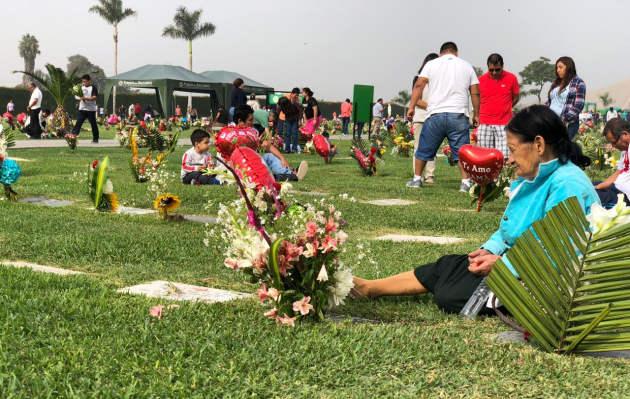 Más de 300 mil limeños visitaron cementerios por el Día de la Madre